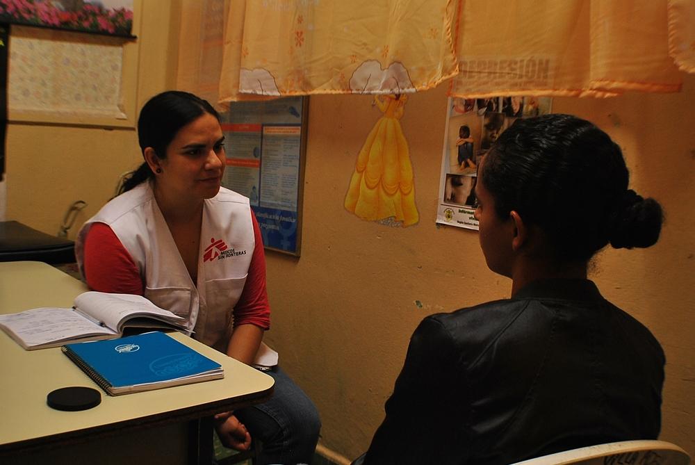 Brenda, psicologa di MSF, ascolta una paziente a Tegucigalpa