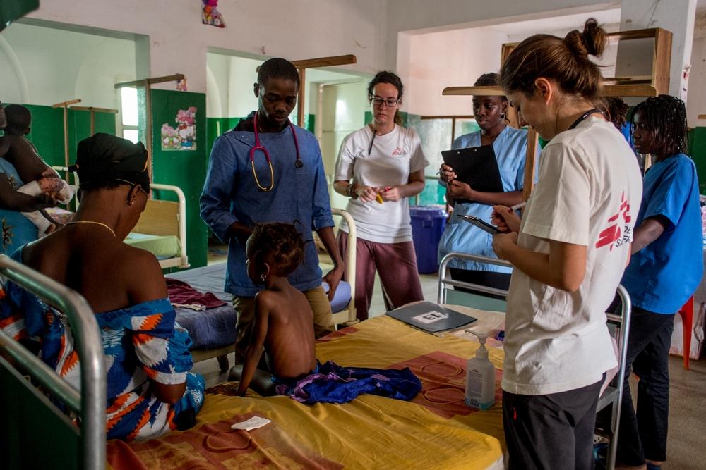 Le équipe di MSF presso il dipartimento pediatrico dell'ospedale regionale di Bafatá, centro di riferimento per l'intera regione