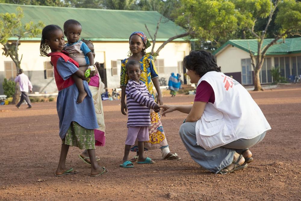 Mirjam Markwalder, infermiera MSF, con dei bambini fuori dal centro di nutrimento terapeutico intensivo di Batouri