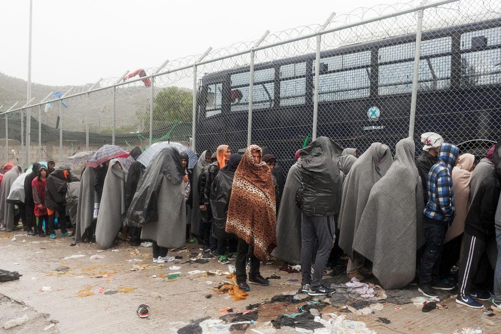 Rifugiati in attesa di essere registrati presso il centro di accoglienza di Moria a Lesbo