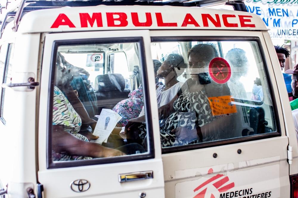 Alcuni pazienti vengono trasferiti presso il Centro di Riferimento per Emergenze Ostetriche (CRUO) di MSF a Port-au-Prince