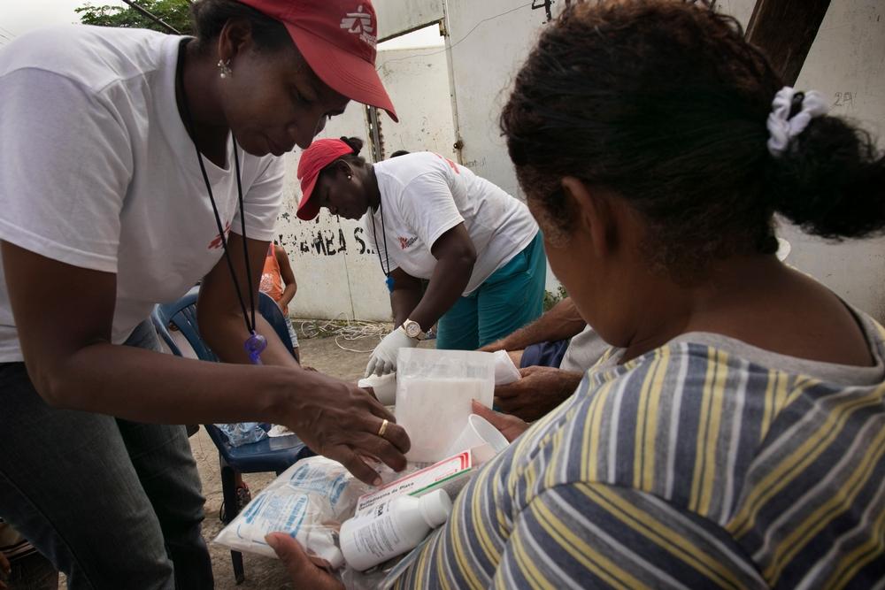 Madelen Hernandez e Maria Salazar di MSF assitono la popolazione a Pedernales
