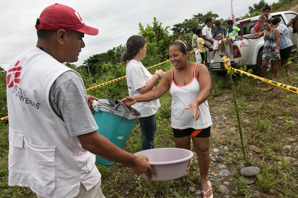 Cristina Buixeres e Fredy Haro di MSF distribuiscono kit igienici e alimentari a 52 famiglie a Muisne