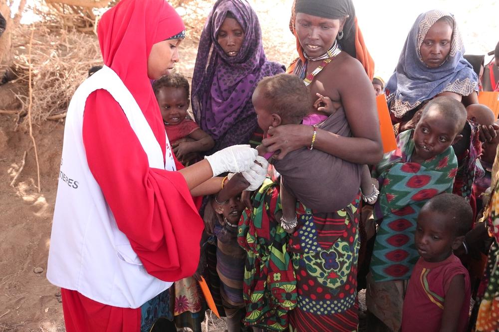 Un bambino viene sottoposto a vaccinazione da parte delle équipe MSF ad Afar