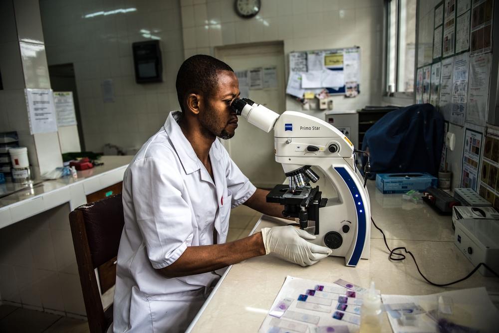 Gentil Lusamba, tecnico di laboratorio di MSF, esamina un campione di sangue presso l'ospedale di Kabinda a Kinshasa