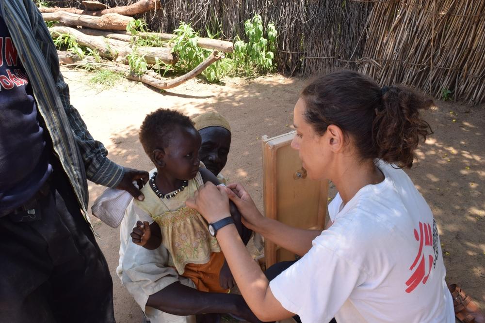 Suzanne Moja, epidemiologa MSF, misura la circonferenza del braccio medio (MUAC) di un bambino a Bokoro