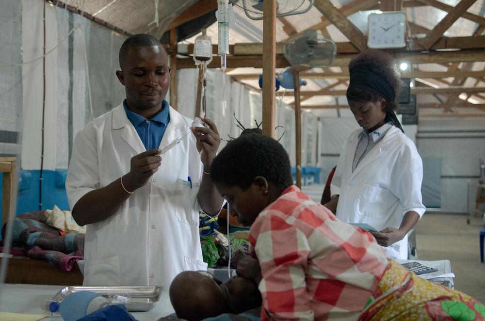 Jean-Baptiste Mukenge, infermiere nel pronto soccorso dell'ospedale di Manono, assiste un bambino affetto da malaria acuta