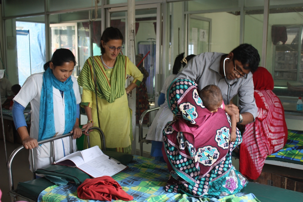 La Dott.ssa Eleonara Motta e il Dott. Charles Erik Halder nel reparto pediatrico della clinica di MSF a Kutupalong