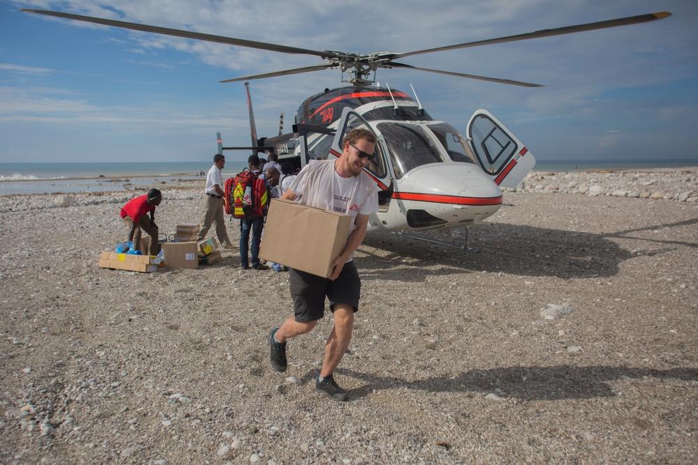 Christian, membro del personale di MSF, scarica da un elicottero materiali per cliniche mobili e ospedali