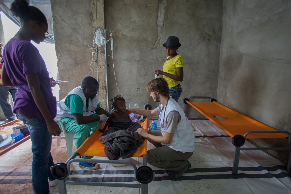 Frandy Samson e Stijn Bex, medici di MSF, trattano una bambina di tre anni nel Centro di trattamento del colera a Port-à-Piment