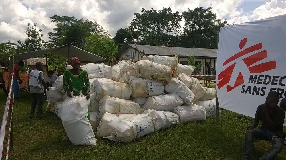Distribuzione di beni di prima necessità forniti da MSF agli abitanti di Lulingu e dintorni