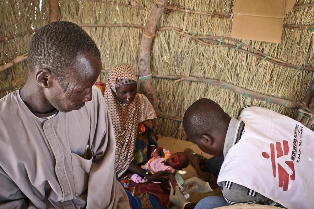 Una neonata viene vaccianta presso una clinica mobile allestita da MSF