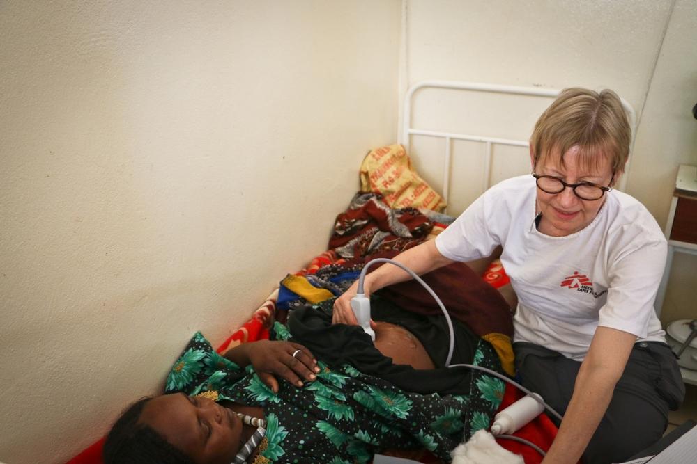 La Dr.ssa Veronica Siebenkotten - Branca, ginecologa MSF, esegue un esame ad ultrasuoni su una paziente incinta con epatite E pr