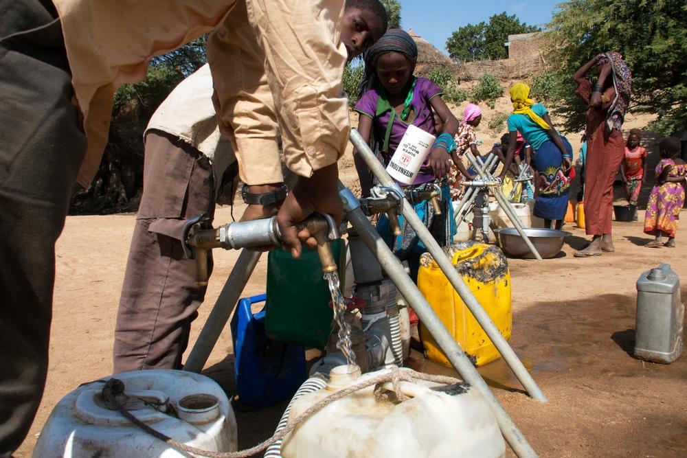 Una fornitura d'acqua potabile installata da MSF sul fiume Bahr Azoum, nel quartiere di Ganatir ad Am Timan