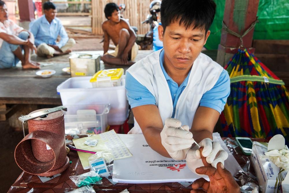 Le équipe MSF effettuano screening sanitari per la malaria tra gli agricoltori della provincia di Preah Vihear