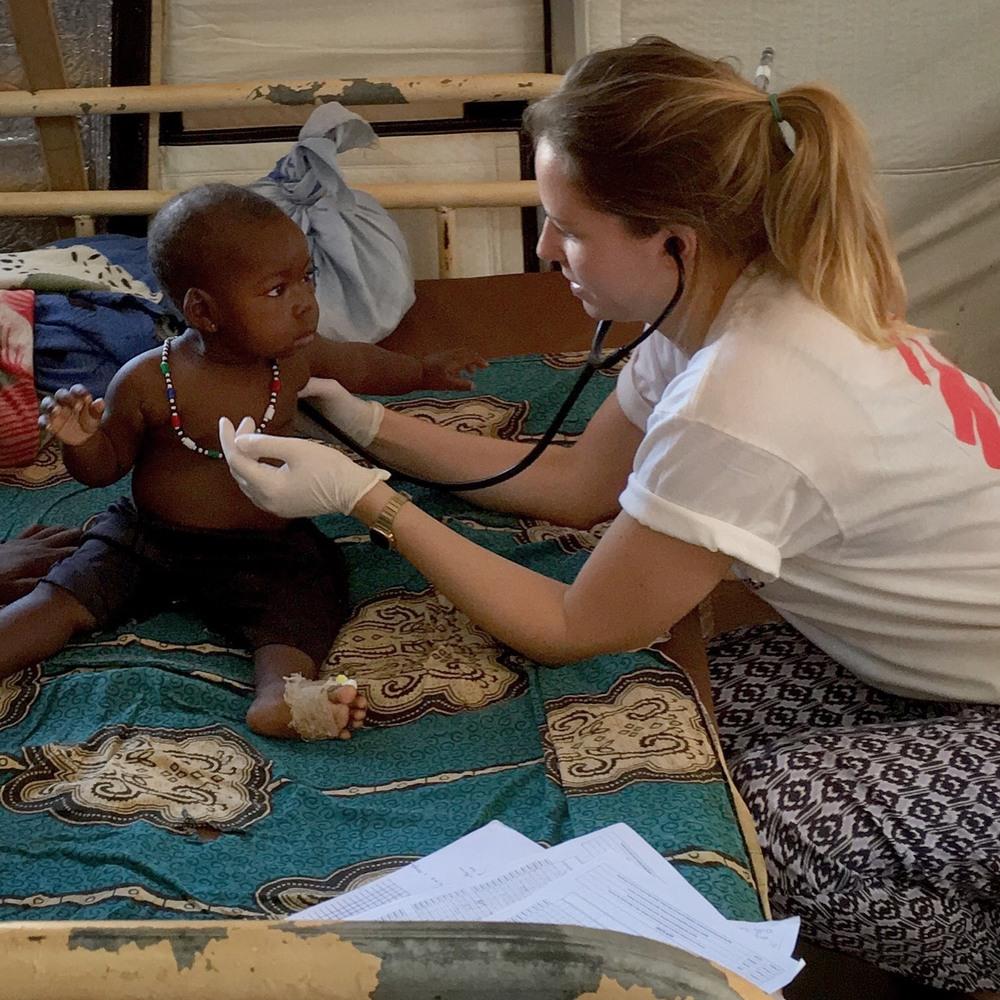 La Dott.ssa Katie Treble, medico MSF, visita un bambino presso l'ospedale di Bria