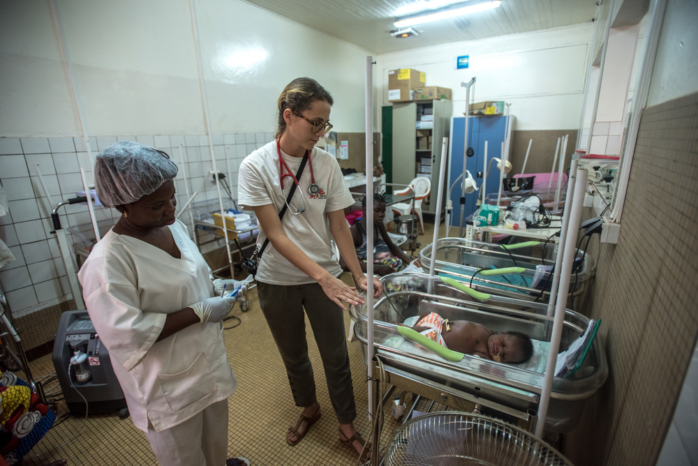 Marie Muller, pediatra MSF, visita un neonato insieme allo staff dell'ospedale di maternità di Castor