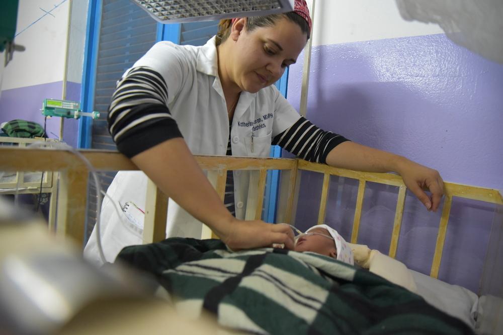 La Dott.ssa Katherine Horan, pediatra MSF, tiene sotto osservazione un neonato nell'ospedale di Katiola