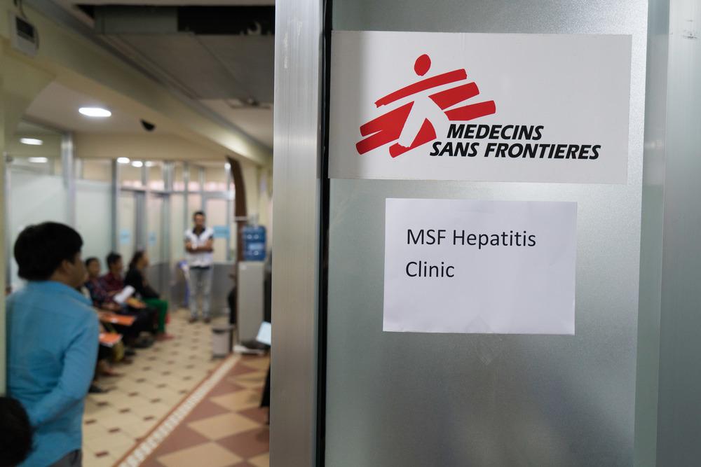 Alcuni pazienti aspettano di essere visitati dalle équipe di MSF presso il Preah Kossamak Hospital a Phnom Penh
