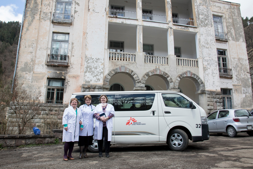 L'équipe di MSF e le infermiere del posto presso l'ospedale di Abastumani per il trattamento della TB