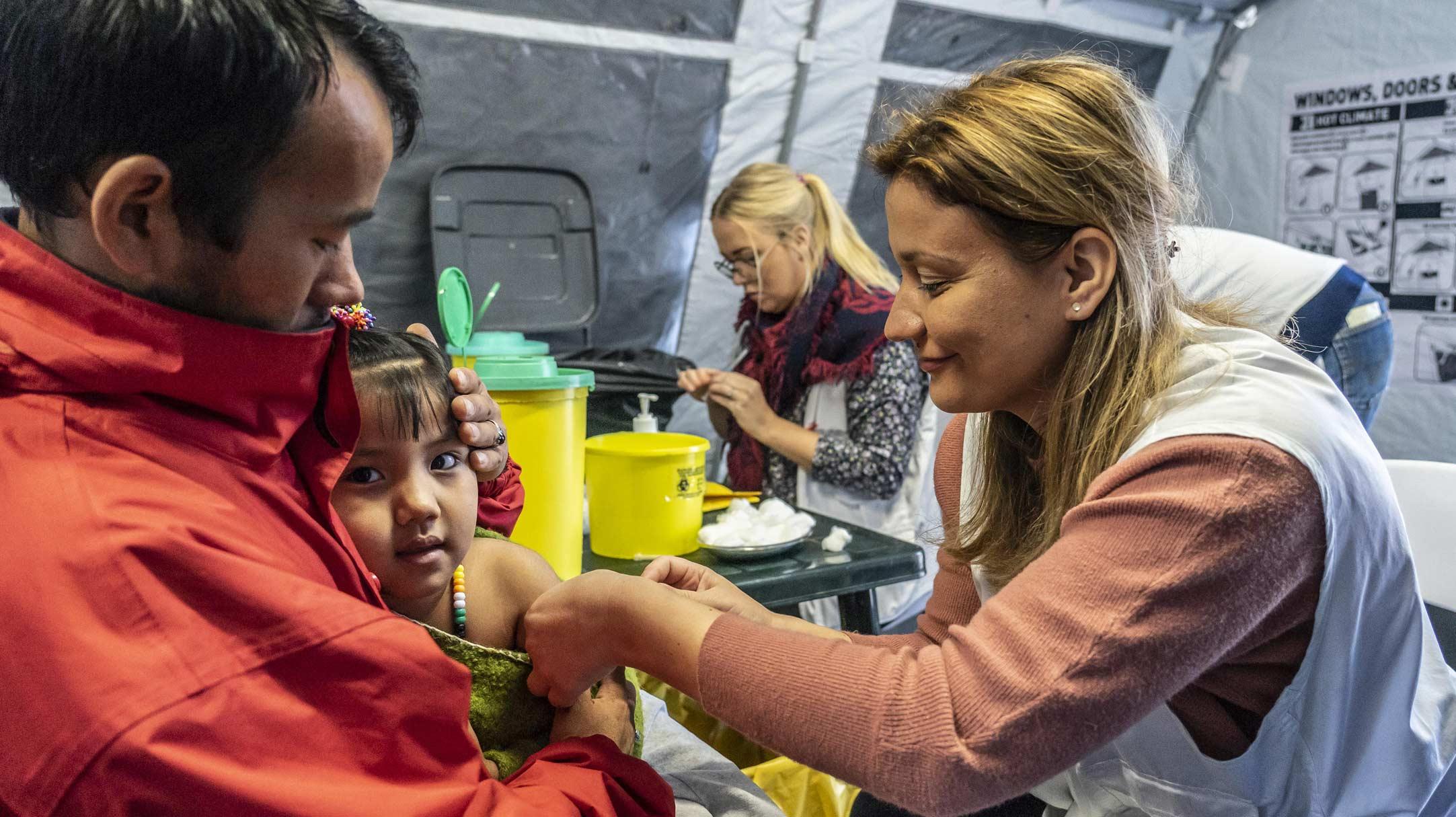 Il nostro staff effettua visite mediche nella clinica pediatrica di MSF a Moria, Grecia
