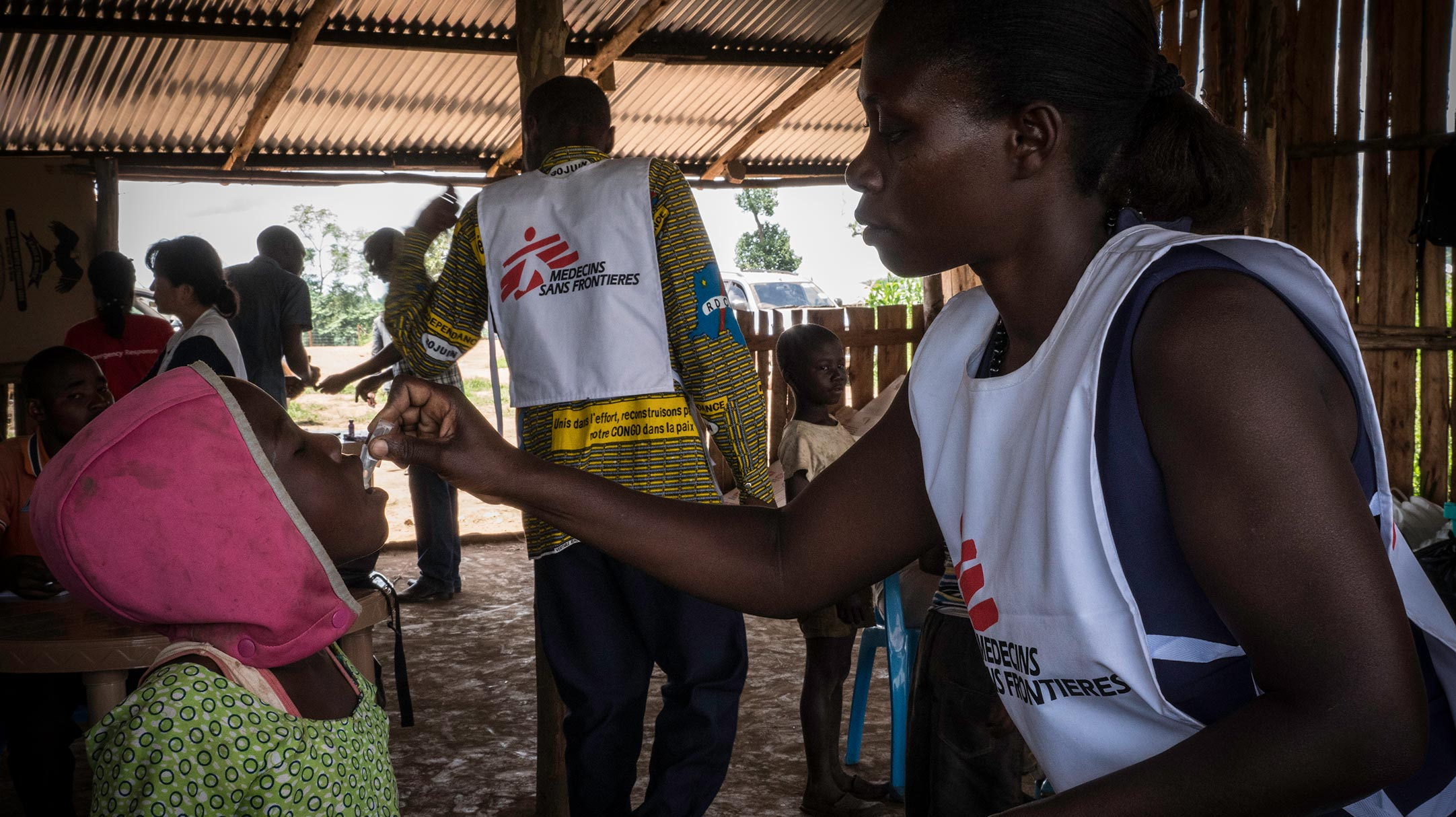 Operatori umanitari di Medici Senza Frontiere durante una campagna di vaccinazione