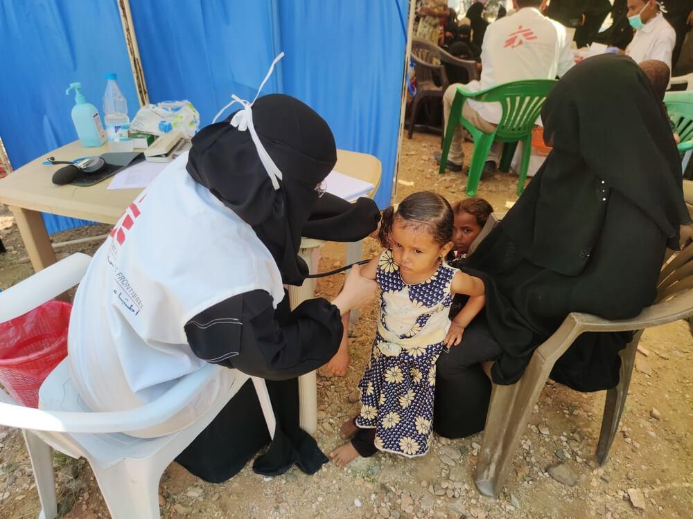 Consultazione durante un'attività con la clinica mobile di MSF per gli sfollati nel campo di Khudaish, distretto di Abs (Yemen)