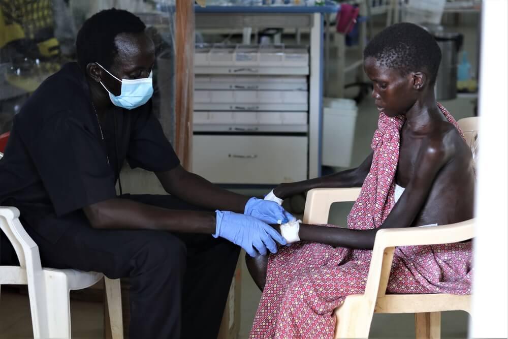Yoel, 13 anni, viene visitato da un medico