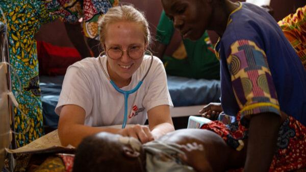 Dottoressa che grazie a donazioni Piccole e Medie Imprese cura bambino
