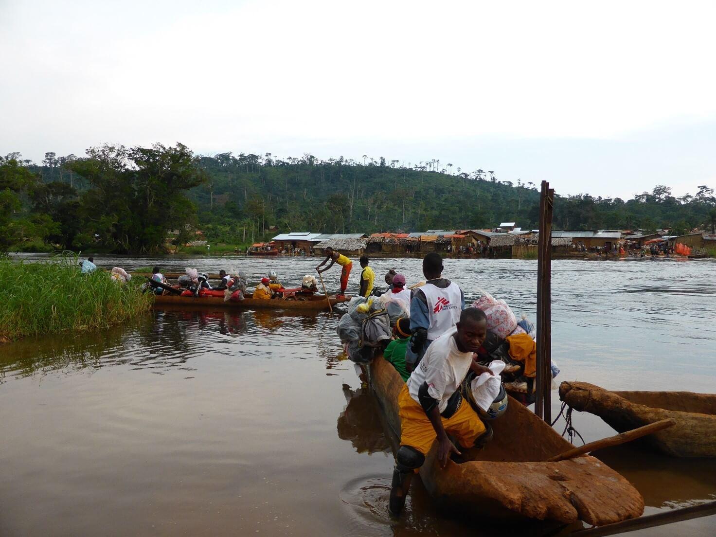 Ultimo ostacolo prima dell'arrivo a Bole Bole. Attraversamento del fiume con moto e materiale