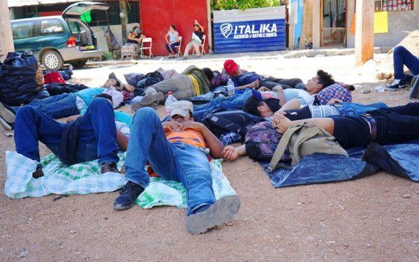 Migranti dormono all'aperto.