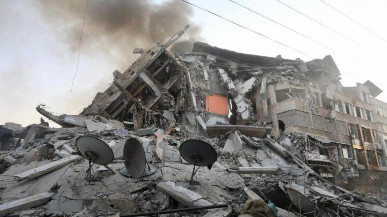 Edificio crollato dopo i bombardamenti a Gaza