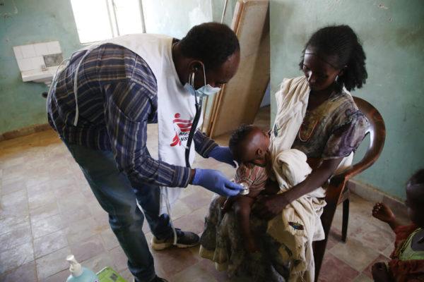 Visita ad un bambino in una clinica mobile MSF, in Tigray