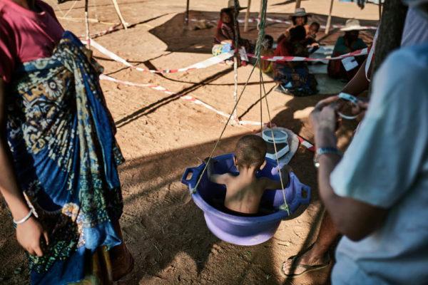 Pesatura di un bambino in una clinica mobile, a Ranobe