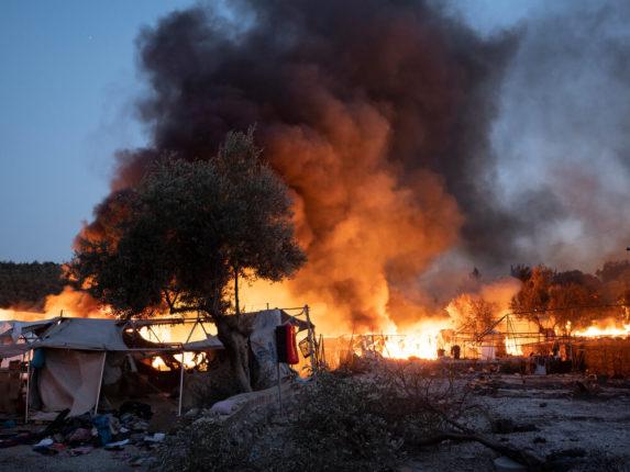 Incendio nel campo di Moria