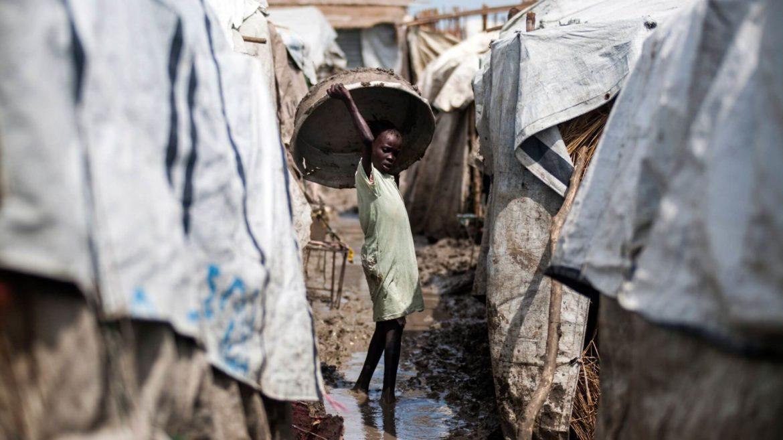Una bambina porta un secchio nel campo POC a Malakal, Sud Sudan