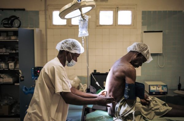 l team chirurgico di MSF a Bangassou opera un paziente