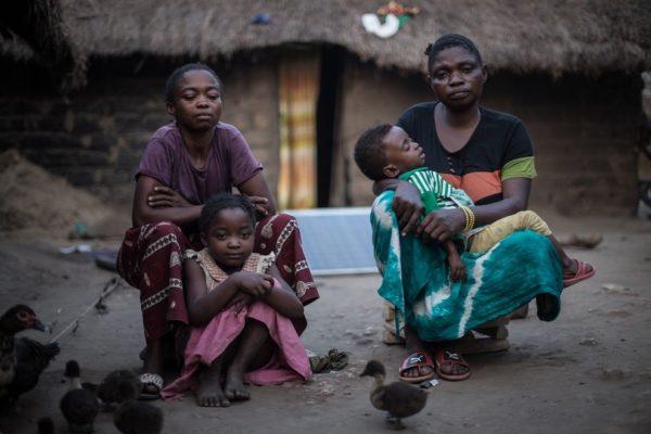 Donne con bambini nel villaggio di Salamabia