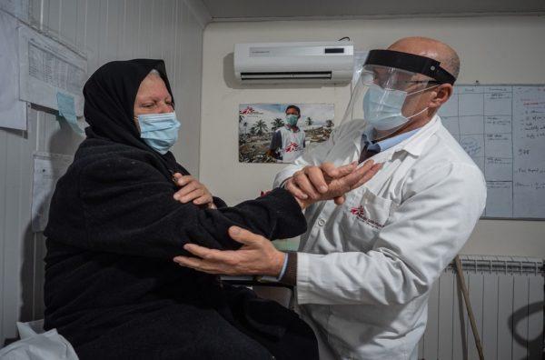 Fawziyya Al-Sahili esaminata nel centro MSF in Libano