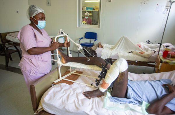 Infermiere a pazienti all'ospedale MSF di Tabarre